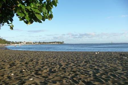 La plage de sable noir d'Etang Salé