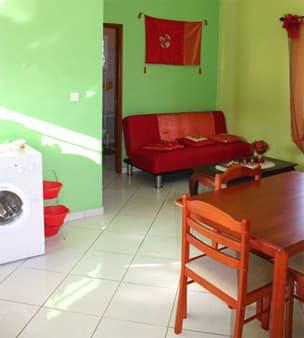 Ma Caze Mandarine - Coin salon vue de l'entrée et canapé lit