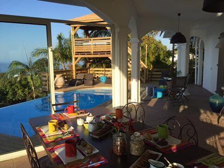 Petit déjeuner servi sur la terrasse