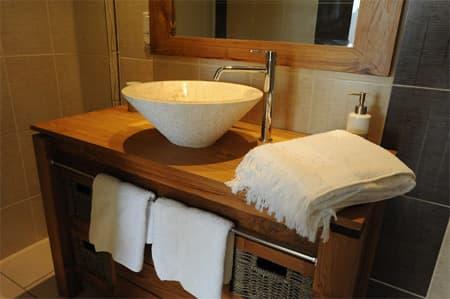 Salle dâ??eau avec meuble lavabo et vasque