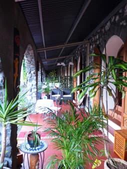 La coursive avec terrasse privative pour chaque chambre