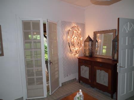 Salle de bains communicante entre les deux chambres
