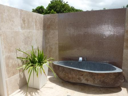 The outdoor bathroom in villa Sublime
