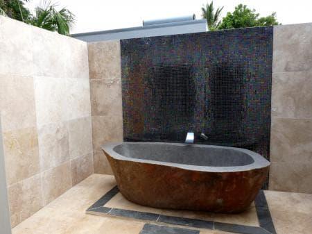 The outdoor bathroom in villa Authentique