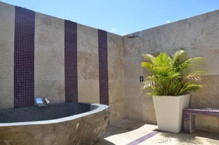 Outdoor bathroom of suite Grand Cru