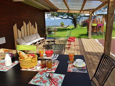 Le petit déjeuner servi sous la terrasse