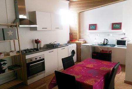 Séjour avec cuisine équipée dans l'appartement Alizé