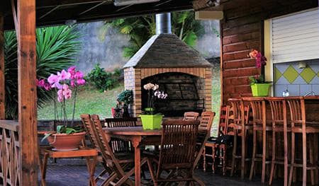 The kiosk, the outdoor kitchen and the BBQ