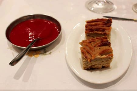 Sweet potato cake and its guava sauce